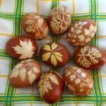 Πασχαλινά αυγά διακοσμημένα με φυλλαράκια.