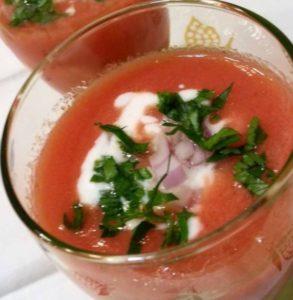 Καλοκαιρινή κρύα ντοματόσουπα με σμετάνα.